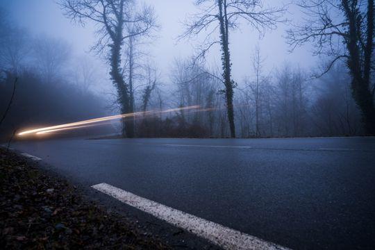 晨雾笼罩的山林公路