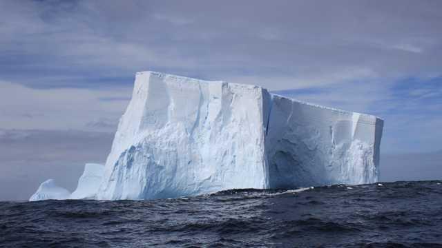 巍峨的冰山风光图片