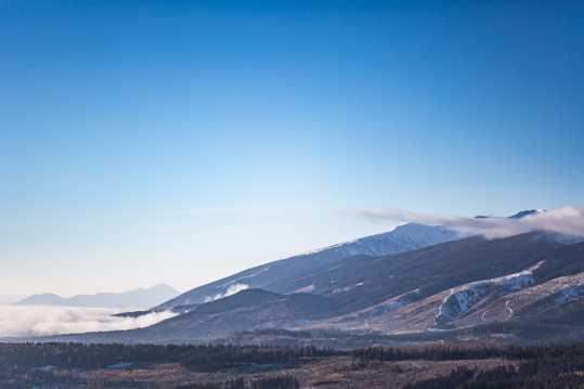 晴空下的高山图片