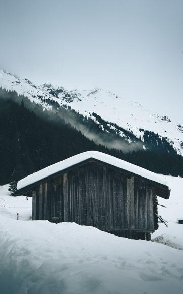 雪域高山上的小木屋