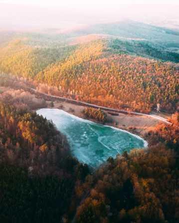 秋日森林湖泊风光图片
