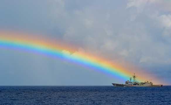 海洋上空绮丽的彩虹