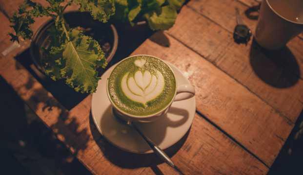 抹茶奶盖咖啡图片