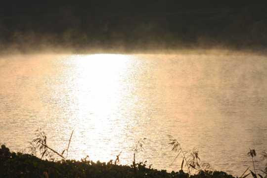 水雾缭绕的江河