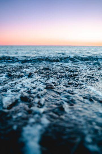 夕阳下的海平面图片