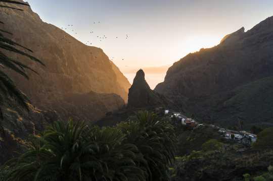 霞光照射的山谷景观