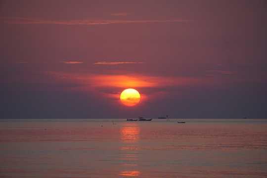印度尼西亚海上日落图片