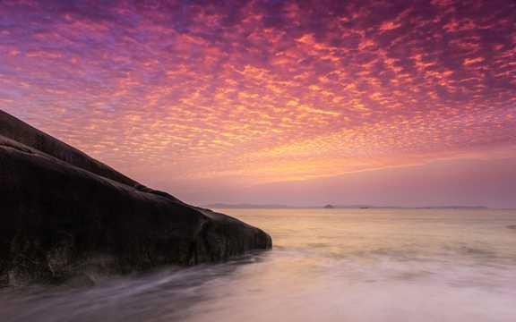海岸上空的绮丽云彩