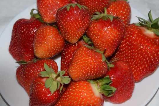 美味新鲜的草莓图片