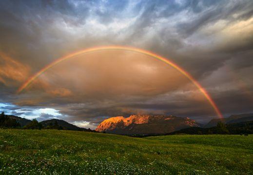 草原上的雨后彩虹
