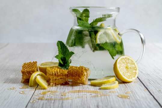 酸甜爽口美容养颜的柠檬水图片