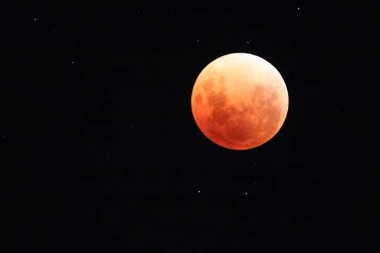 夜空中的红色月亮