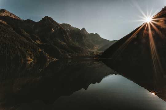 朝阳照射的山林湖泊景致