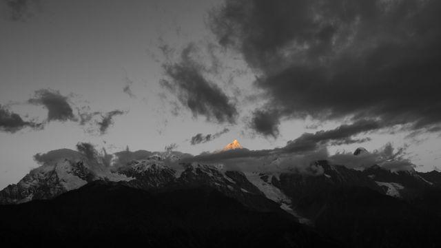 乌云下的山峰