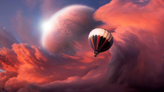 绚丽的红色云彩和热气球