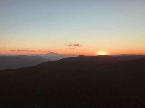 朝阳下的山景图片