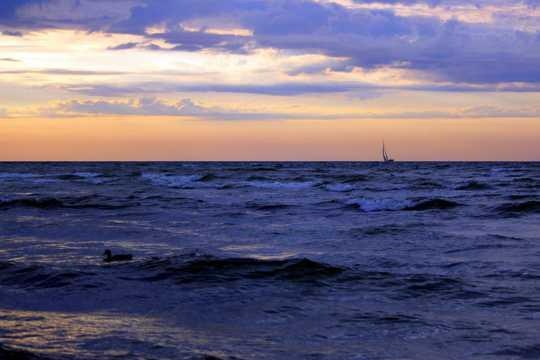 波罗的海海上晚霞余晖图片