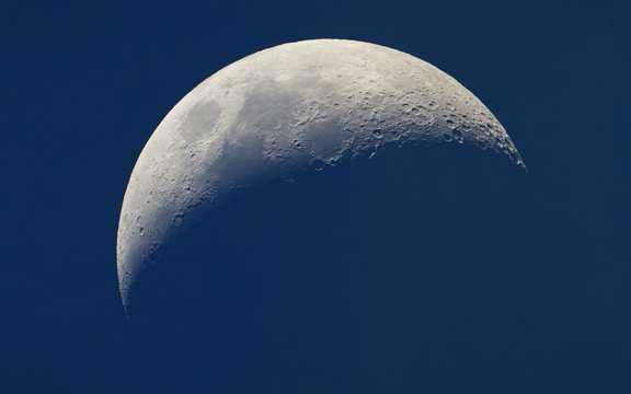 宇宙夜空与月亮图片
