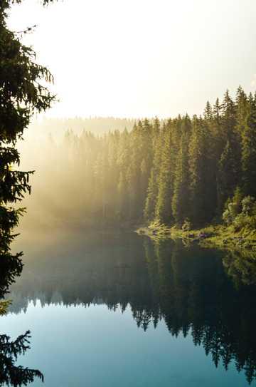 晨雾中的山林湖泊