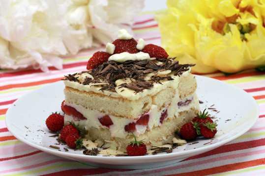 美味的草莓提拉米苏图片