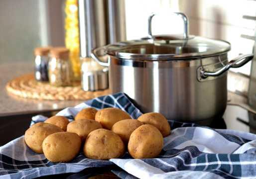 不锈钢锅与马铃薯图片