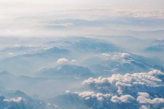 云雾笼罩的重重山峦