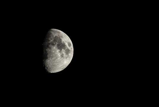 夜空中月亮图片
