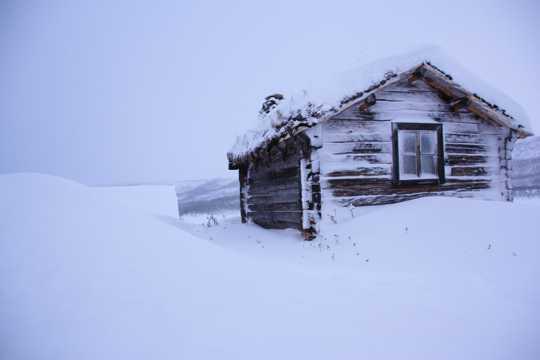 寒冬雪地木屋图片