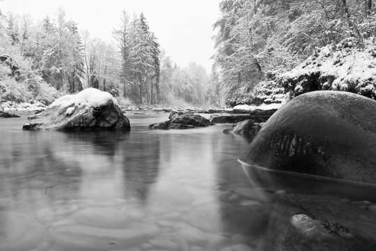 冬日山林冰河景色