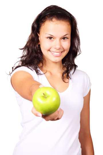 拿着青苹果的美女