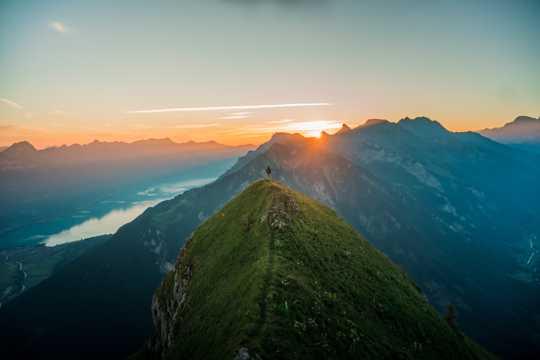 山顶壮丽的日出景观