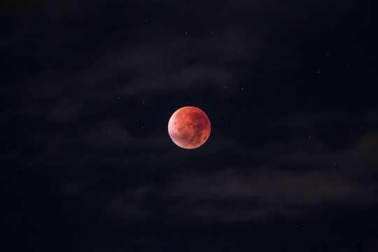 星空中的月亮