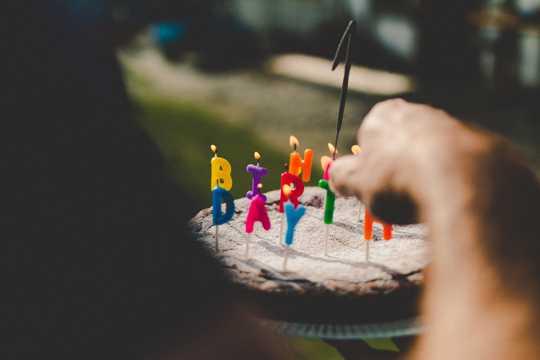 插着蜡烛的生日蛋糕图片