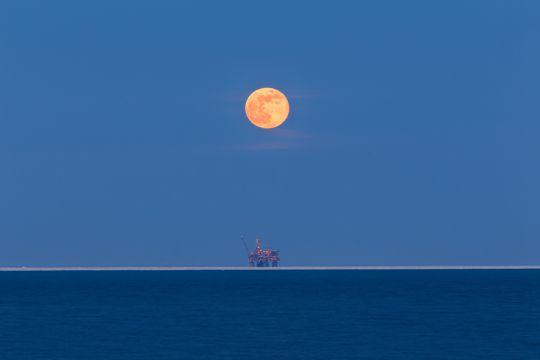 海上油井图片
